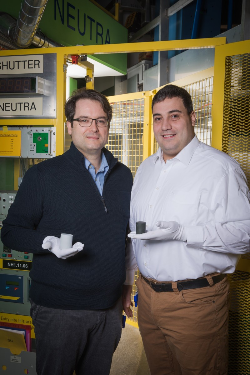 PSI researchers David Mannes (left) and Christian Grünzweig in front of the exp