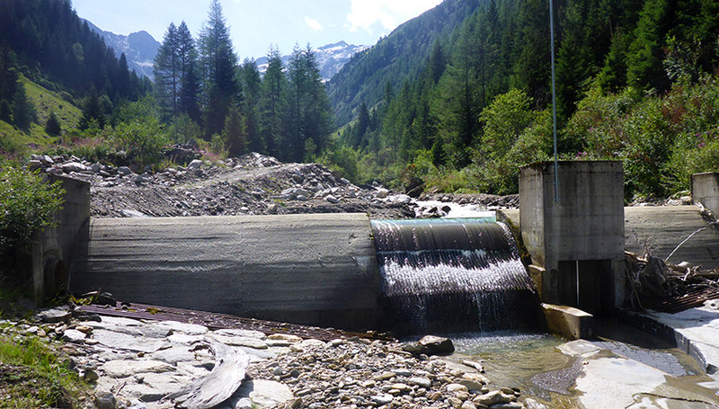The weir of the Wannebode small hydroelectric power station near Reckingen (VS)