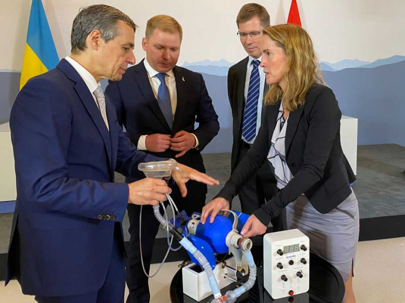 Kristina Shea discusses the new ventilator with Federal Councillor Ignazio Cassi