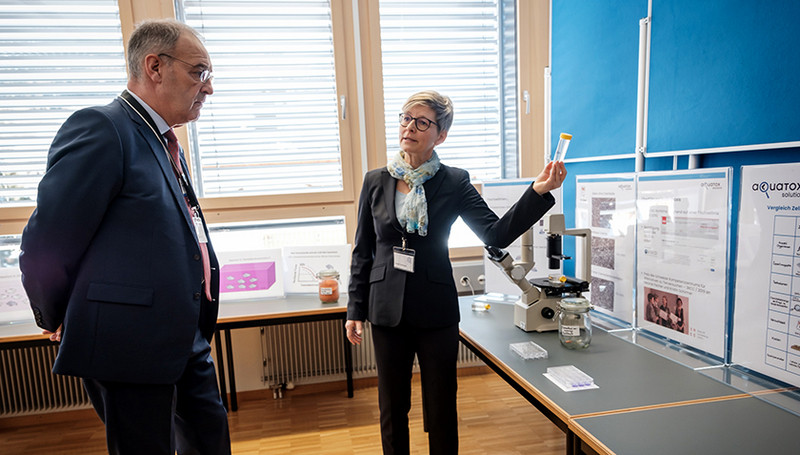 Kristin Schirmer explains to Federal Councillor Guy Parmelin how gill cells from