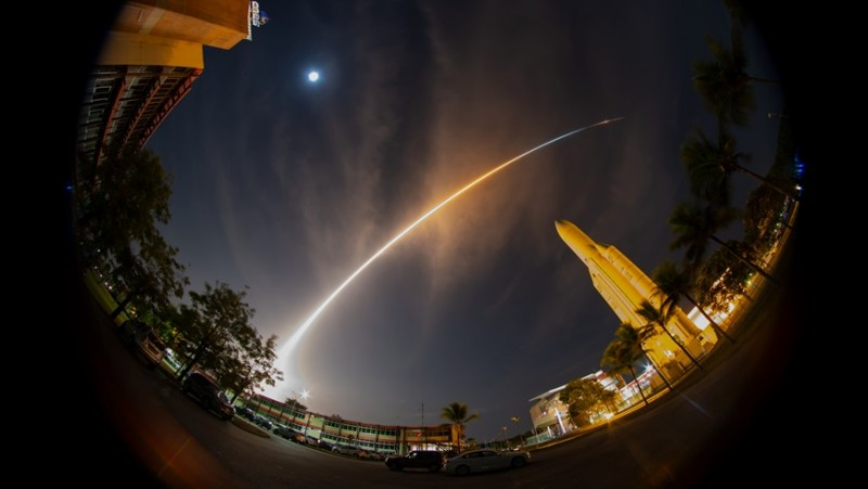 A large arc in the night sky over Kourou: BepiColombo lifted off from the Europe