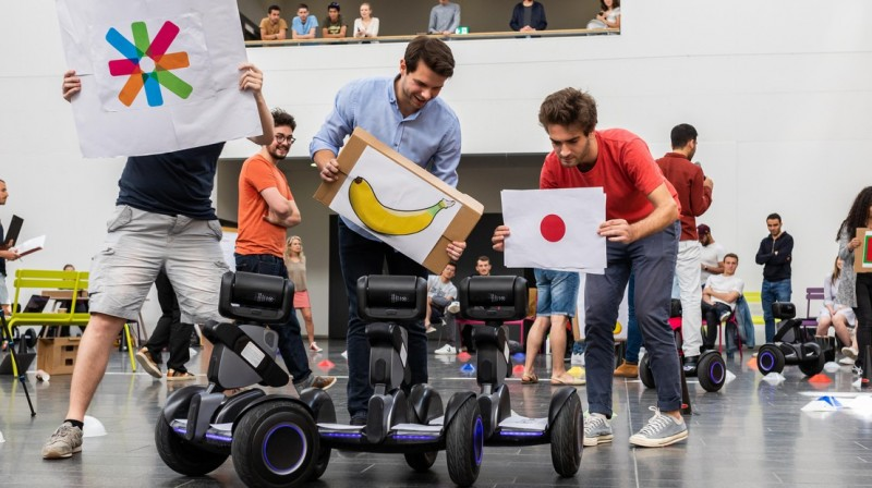 Students using images to guide their robots during the race © Jamani Caillet / E